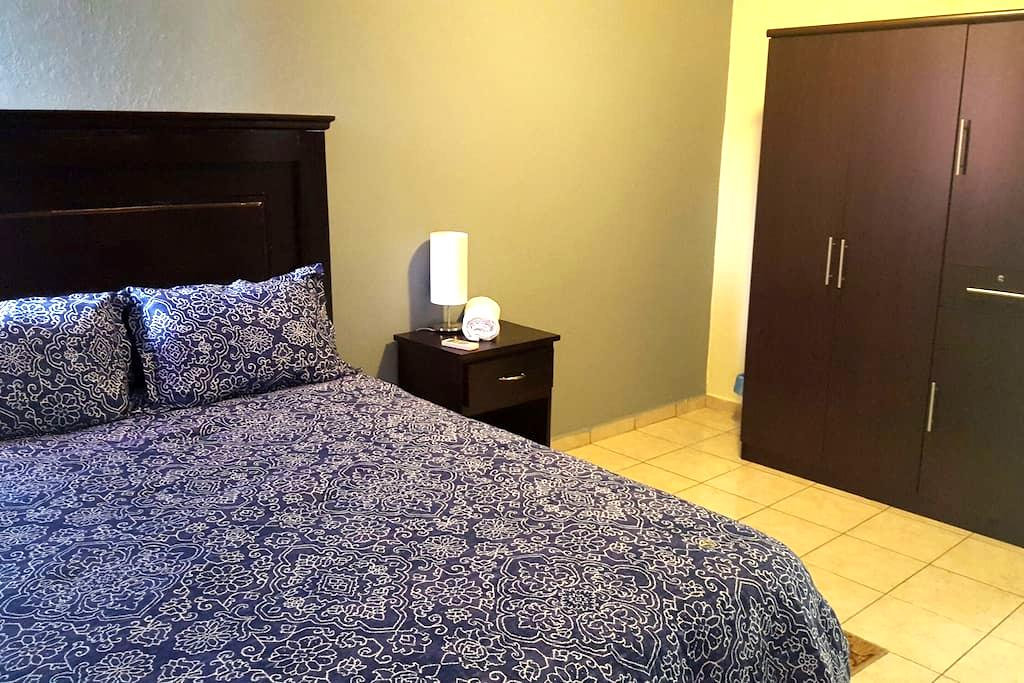 Hotels Zone, A/C, WiFi, Private, Hot Breakfast. - San Salvador - Bed & Breakfast