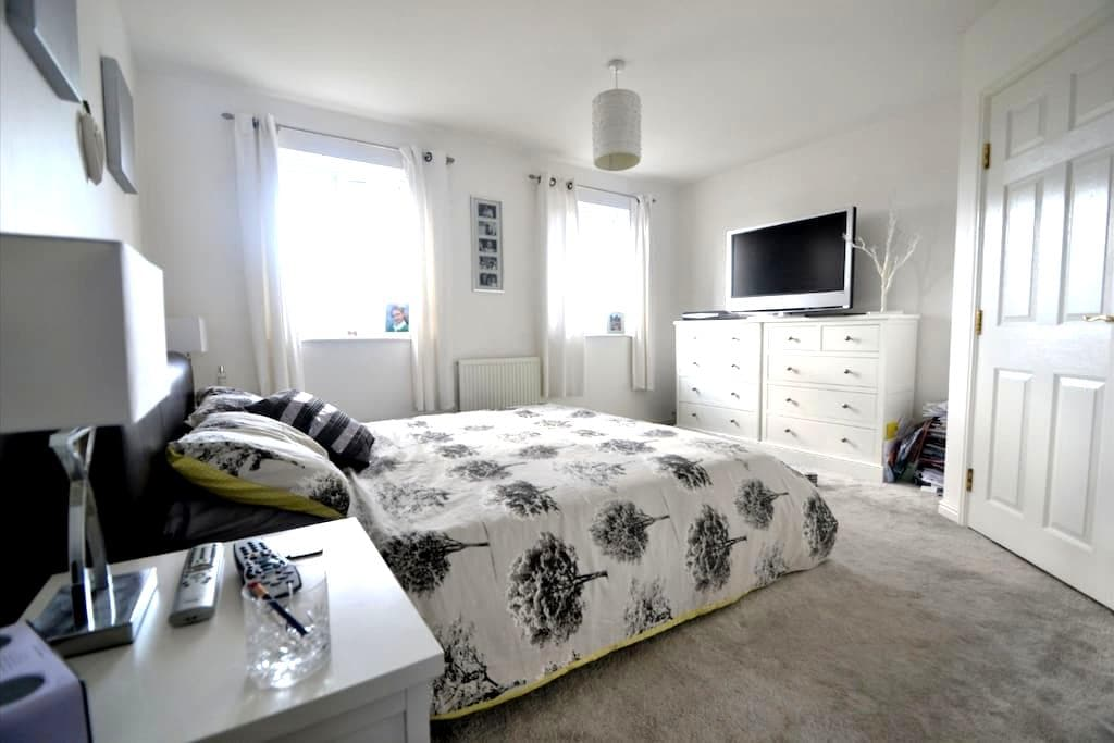 Master Bedroom with attached bathroom - Haverhill - Hus
