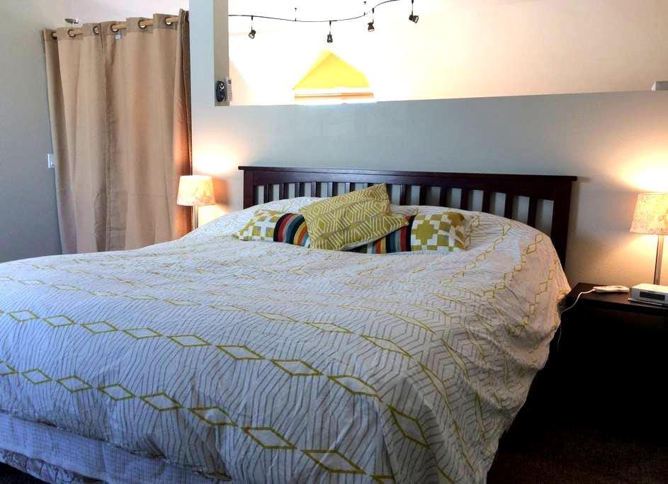 Comfortable, NEW above garage apartment - Lander - Flat