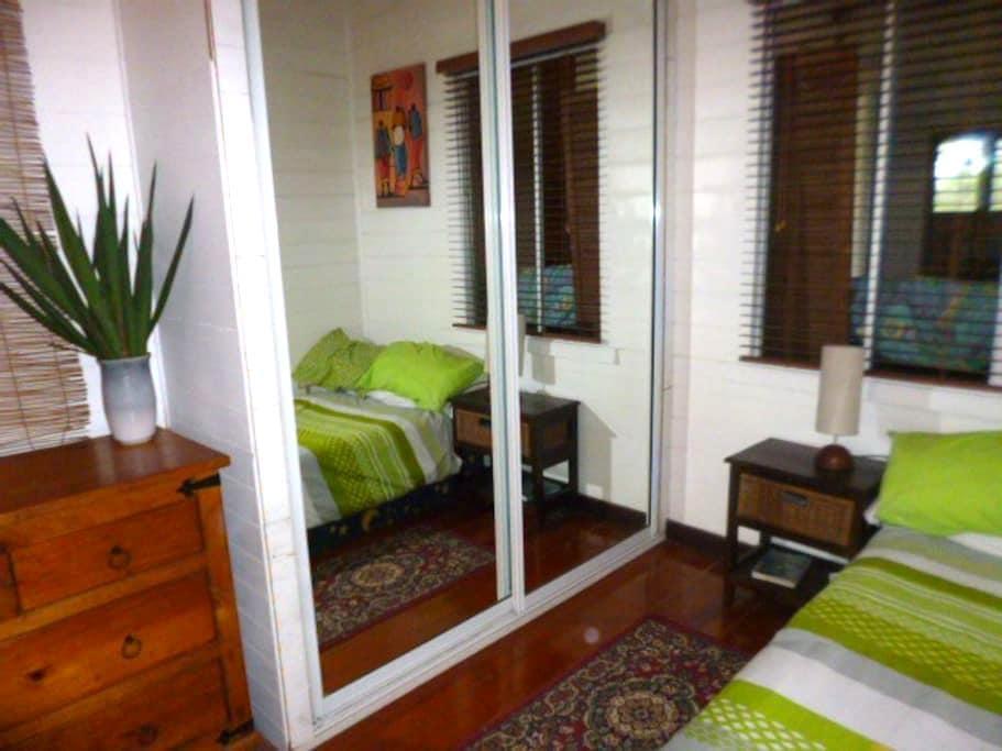 Peaceful tropical Queenslander home - Westcourt - Dom