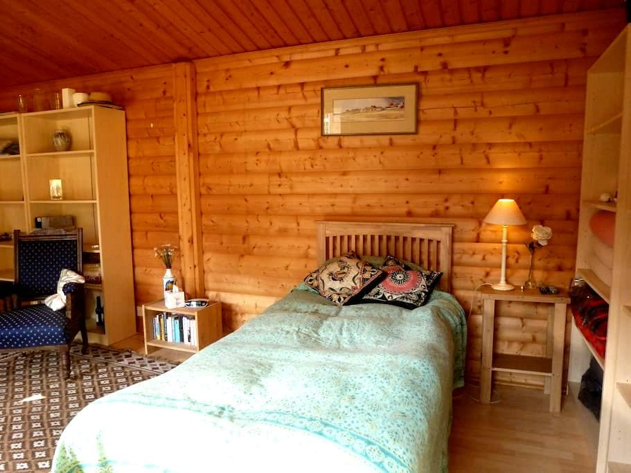 Self contained Norwegian log cabin near Newbury - Newtown Common - Zomerhuis/Cottage