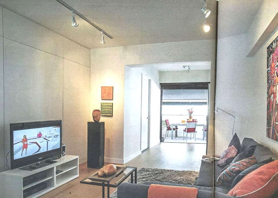 Airy studio with plenty of outdoor space - Central And Western District - Apartment