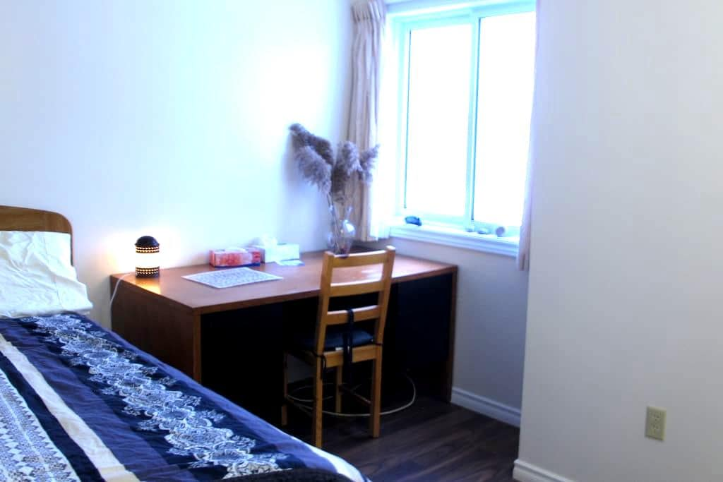 comfortable double bed room(Room C) - Kitchener - Appartement en résidence