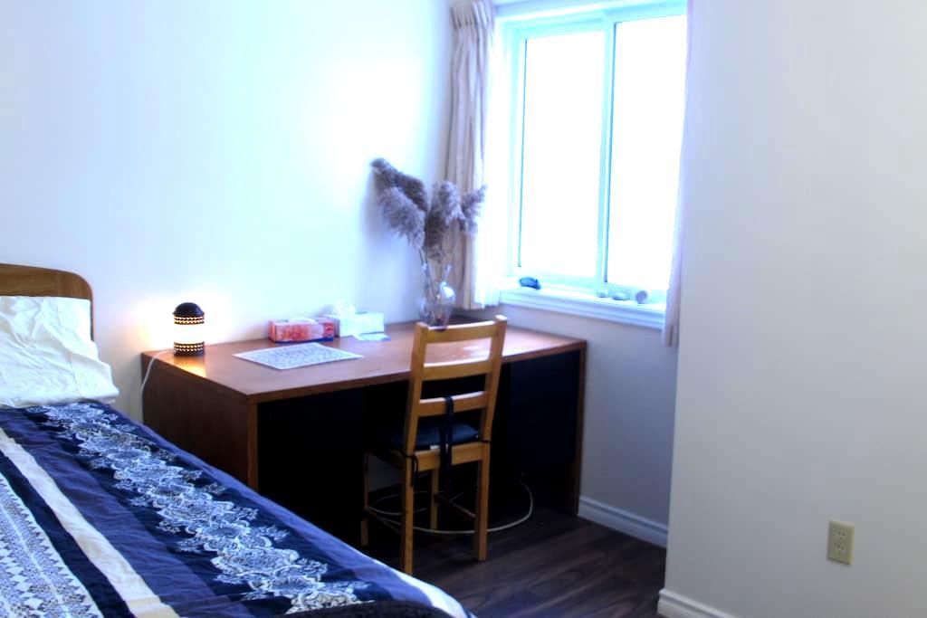 comfortable double bed room(Room C) - Kitchener - Apto. en complejo residencial