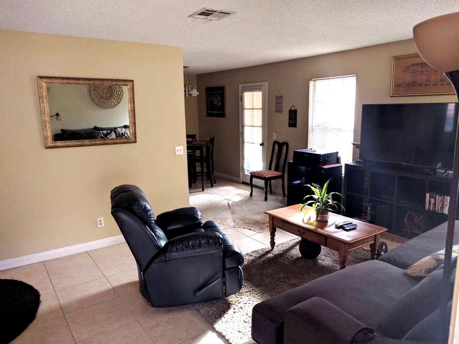 Charming 2nd floor 2 bedroom with parking - Las Vegas - Huoneisto