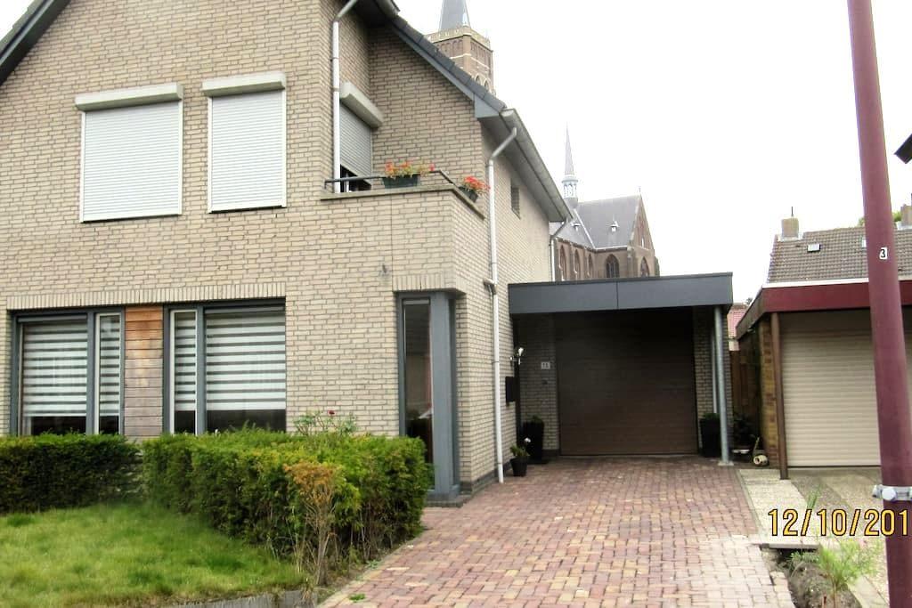 Ruime etage voorzien van slaap en woonruimte - Oud Gastel - Bed & Breakfast