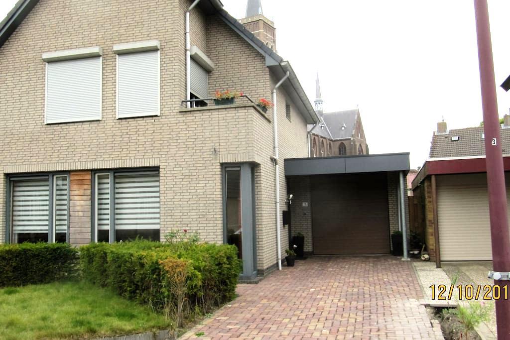 Ruime etage voorzien van slaap en woonruimte - Oud Gastel - Penzion (B&B)