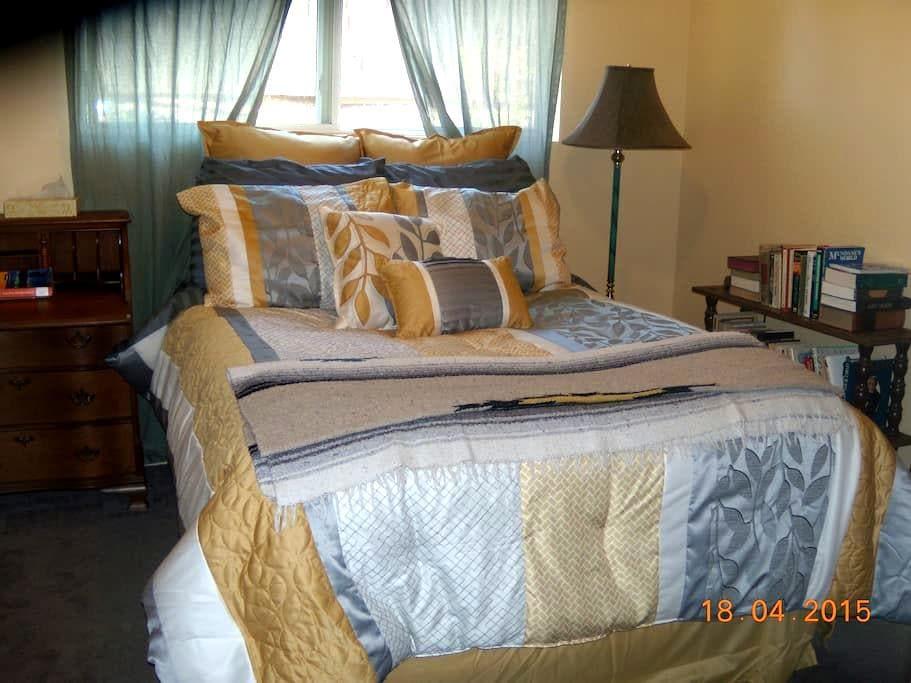 Sunny small room in Seattle suburb - Kenmore - Talo