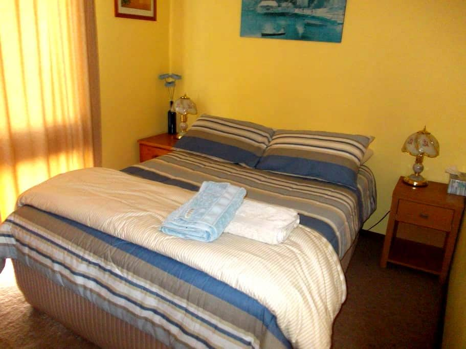 Double room - In Private House $54 - Wanniassa - Casa