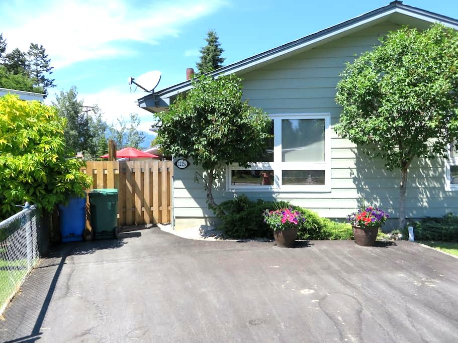 Home Away in Town for up to 8 Guests - Unit B - Golden - Hus