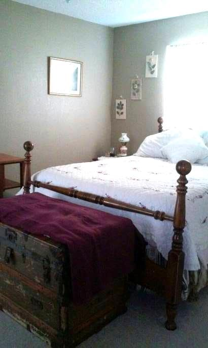 Cozy room  in home with heated pool. - Spring Hill - Hus