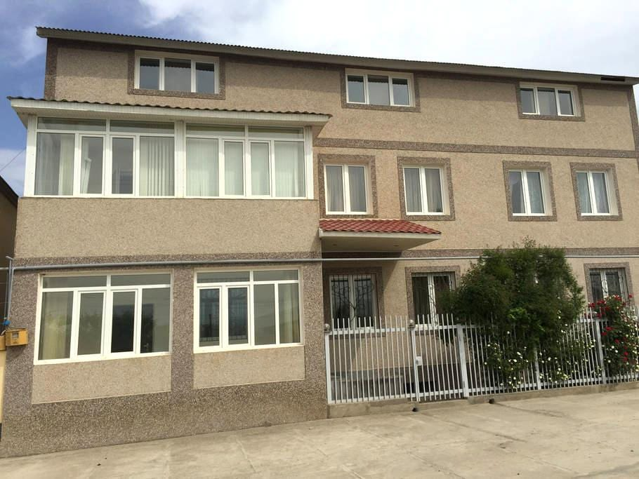 Большой 3-х этажный гостевой дом-апартаменты - Verin Ptghni