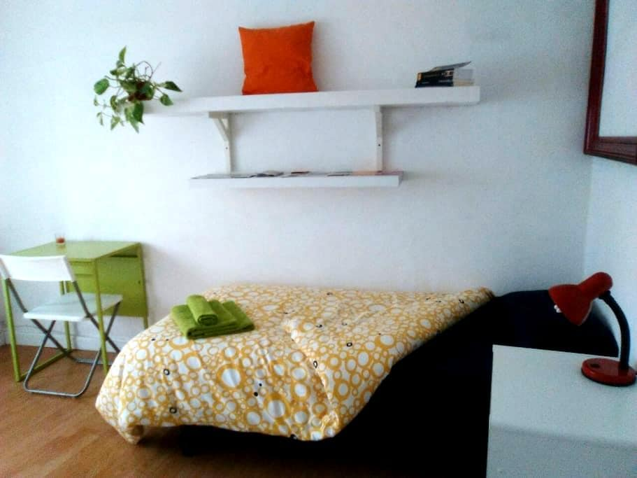 Room with balcony in the center - Madrid - Apartment