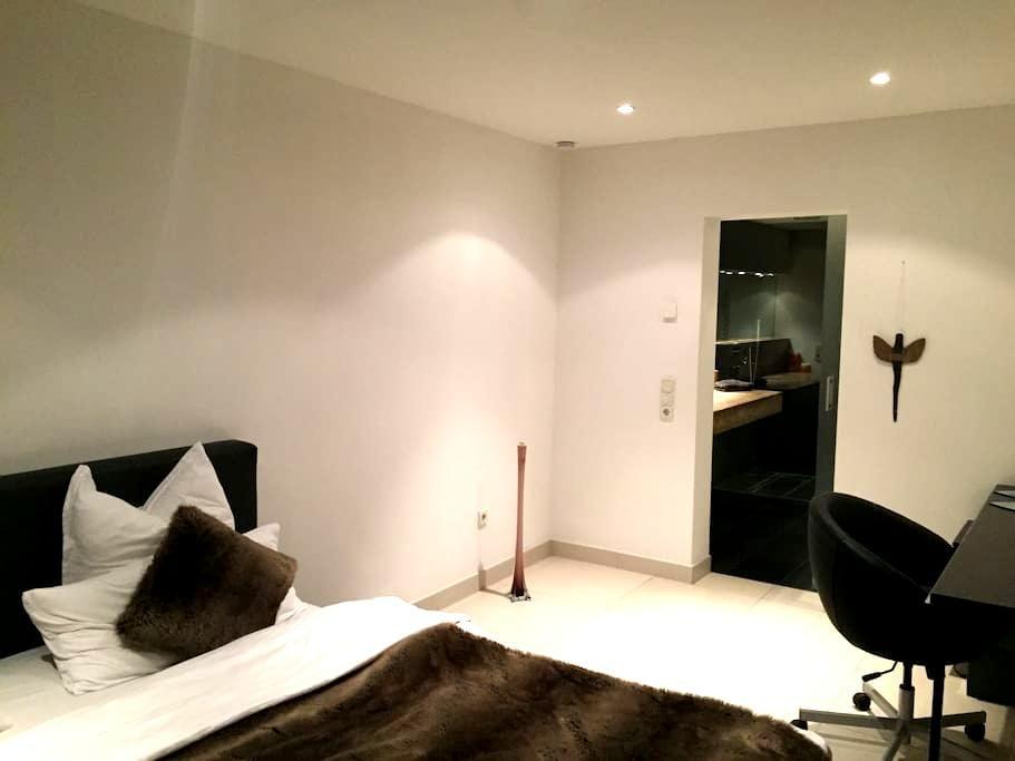 Schönes, ruhiges Zimmer im Gartengeschoss - Mannheim - Dům