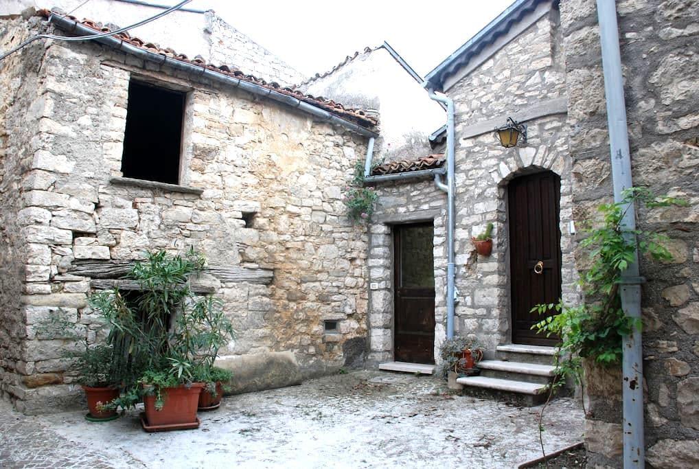 Casa in pietra con soffito in legno - Castropignano