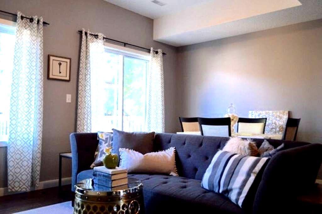 Modern, Professionally furnished home - Kitchener - Rekkehus