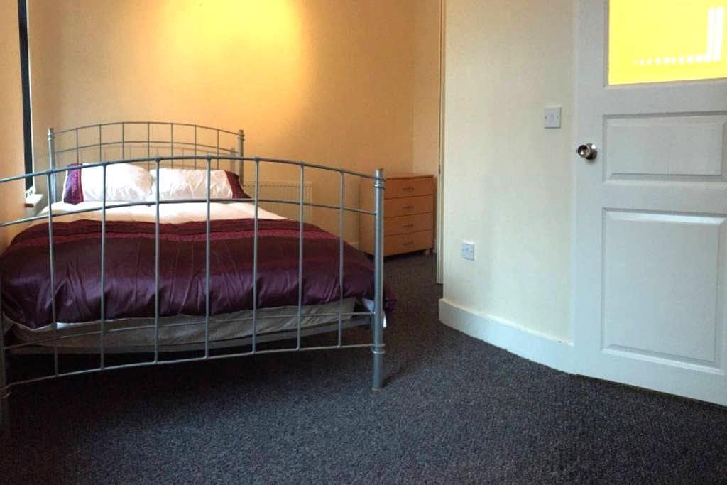 Samuel Rooms (En-Suite) with Private Bathroom - Crewe