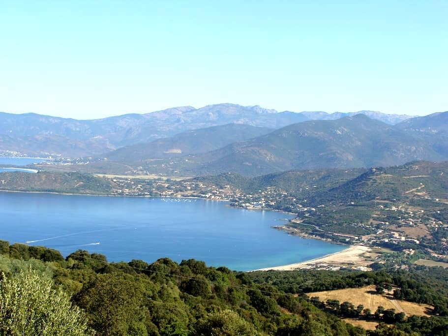joli chalet face à la mer location à la semaine - Calcatoggio - กระท่อมบนภูเขา