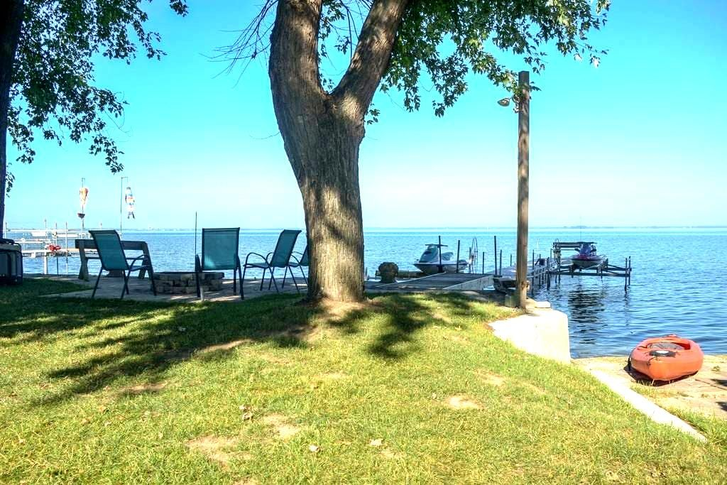 ☀ Waterfront Sunsets ☀ Hot Tub + Fire Pit - Green Bay