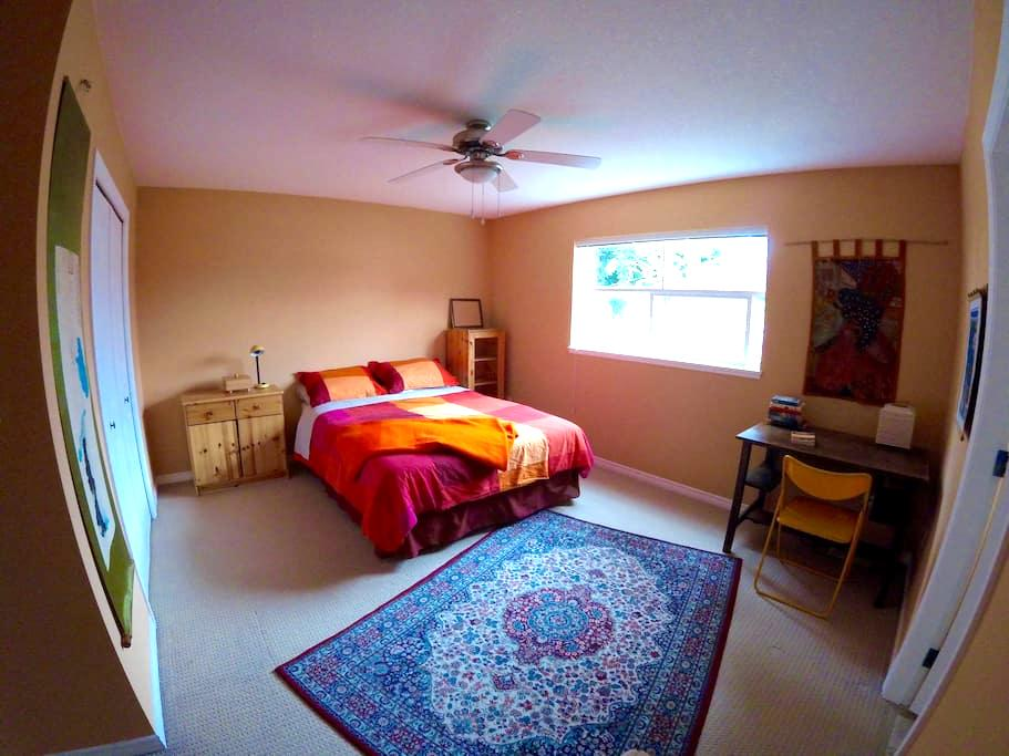 Sunny bedroom, queen bed & private ensuite  bath - Nanaimo - House