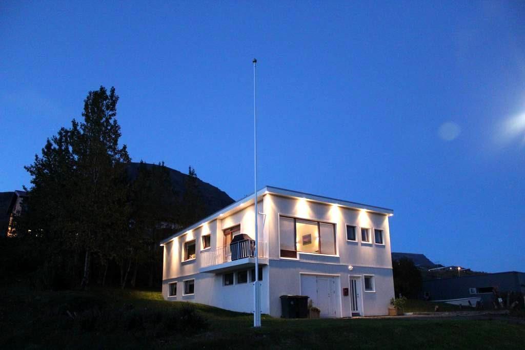 Our comfy apartment in East Iceland with a view - Reyðarfjörður - Apartamento
