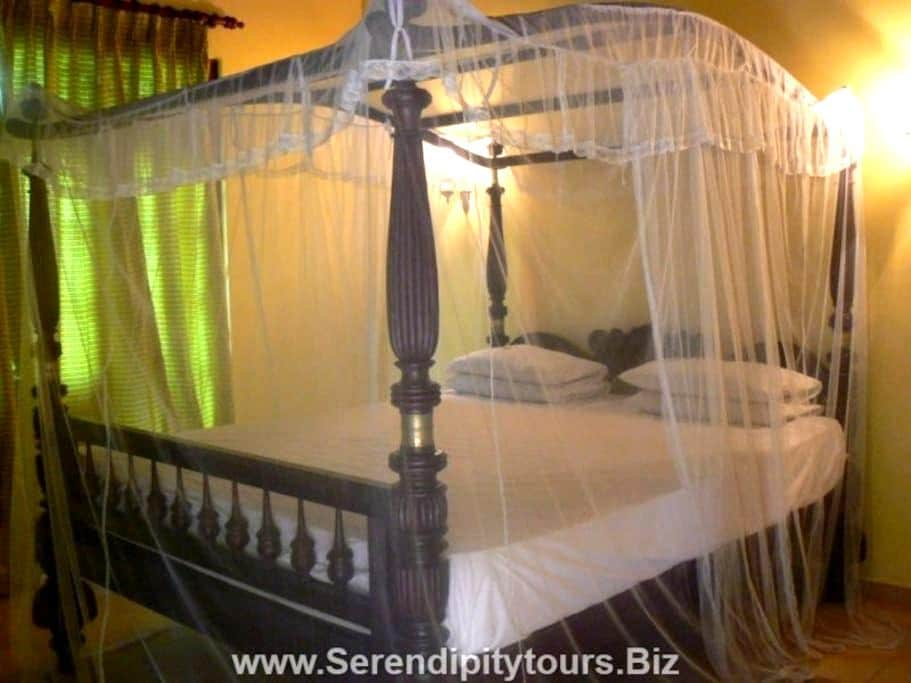 Stay In Royalty At Colonial House - Talalla - Bed & Breakfast