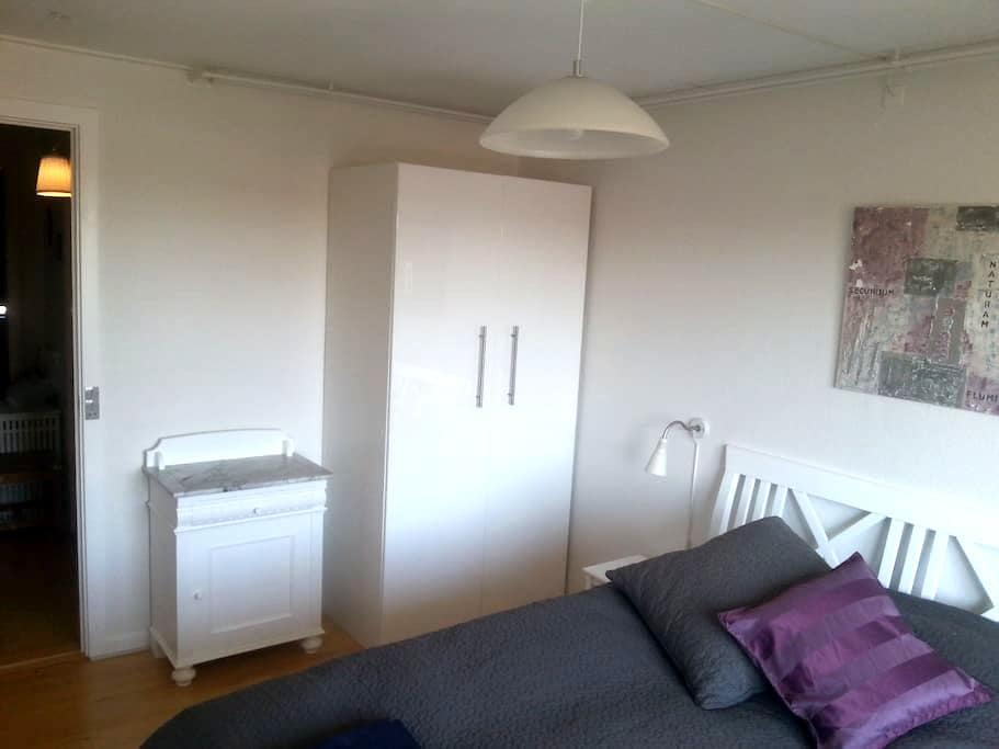 Cosy room, newly renovated. Free carp, bus close - Aarhus - Casa