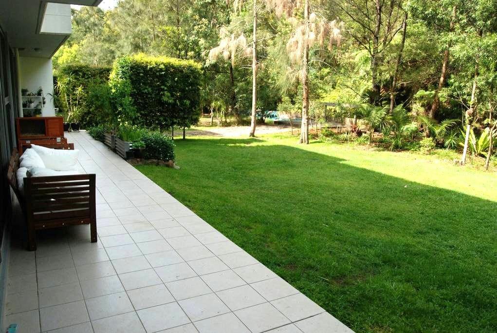 Large outdoor open living apartment - brookvale  - Huoneisto