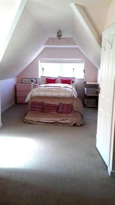 Lovely light room near stations and airports - Reigate - Casa