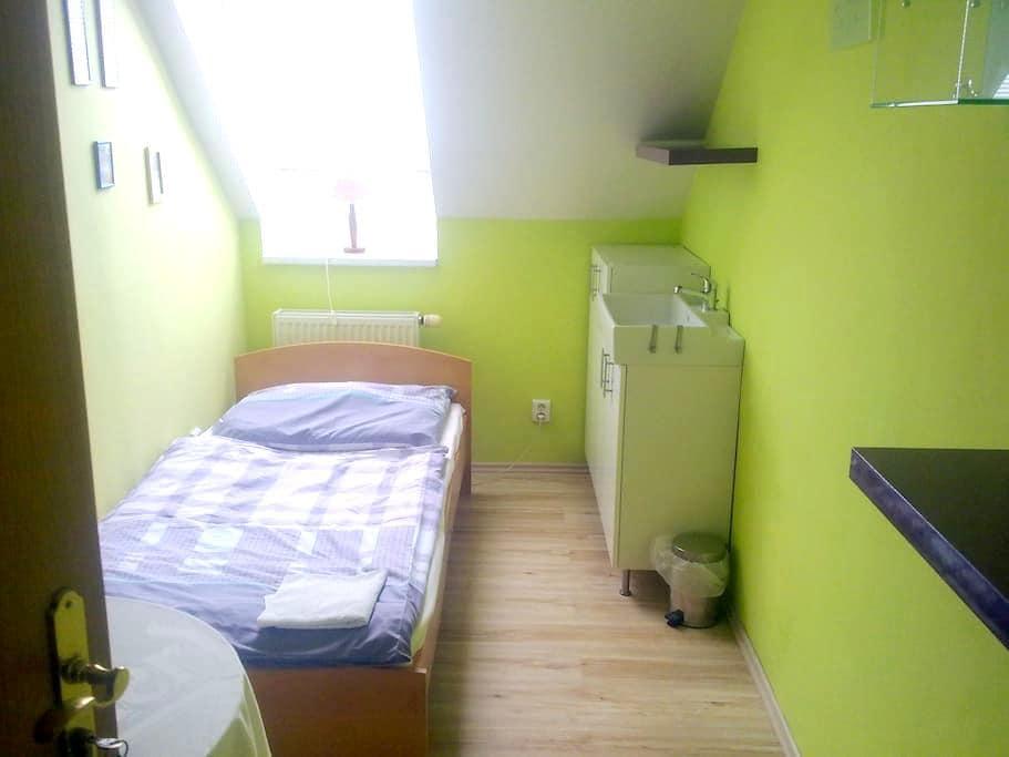 Single room on the outskirts Prag,5 - Jinočany - Casa