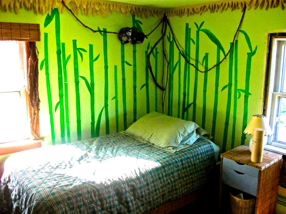 Bright bamboo bedroom in Vermont - Bradford - Huis