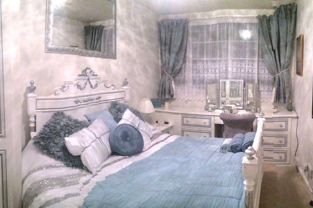 Stunning Luxurious Double Room. Constant Hot water - Yeadon