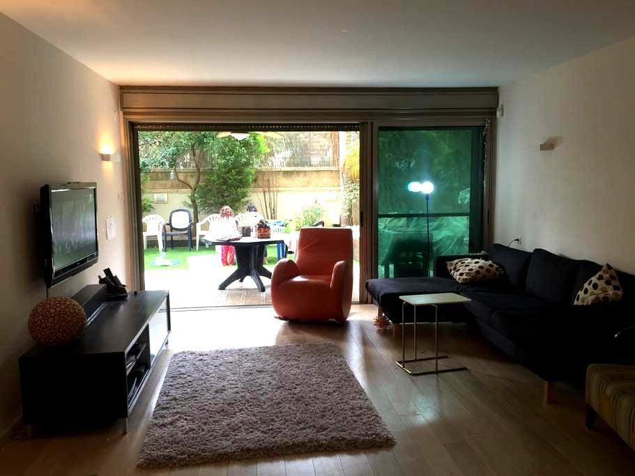 Yard & a warm home - Herzliya - Rumah