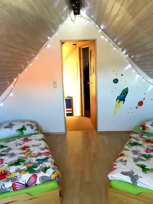 Einfache , Dachgeschoss Wohnung - Ehrenkirchen - 連棟住宅