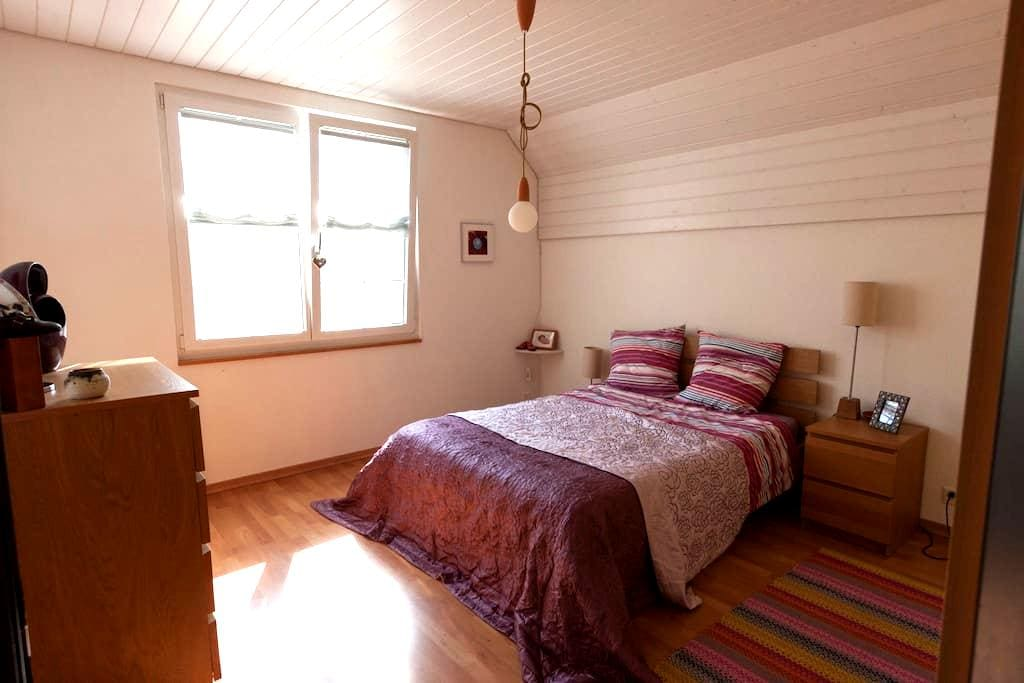 Cosy double room in family house - Grellingen - Hus