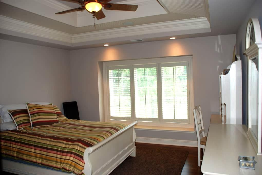 Lovely Bedroom with Private Bathroom - Elmhurst