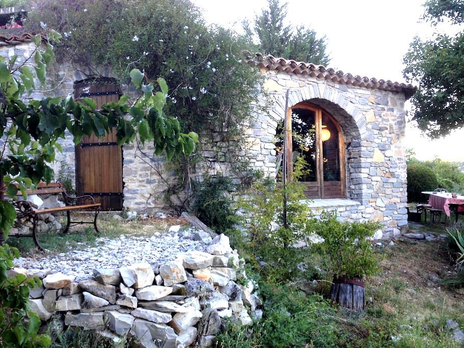 Chambre dans charmante maison en pierres. - Montdardier
