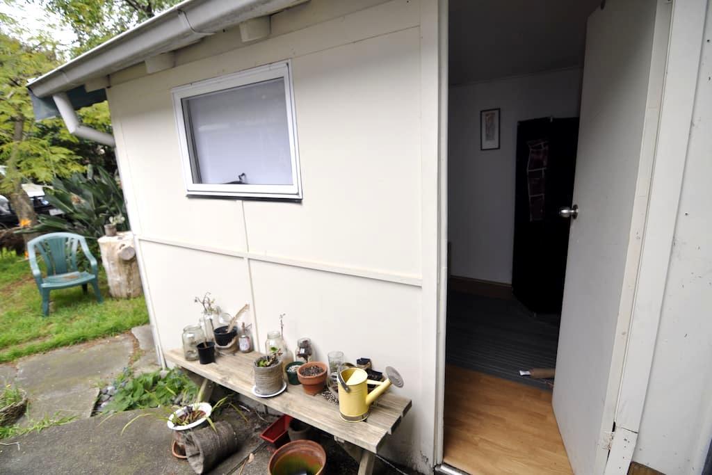 Outhouse with Spacious Leafy Garden - Hawthorn - Byt