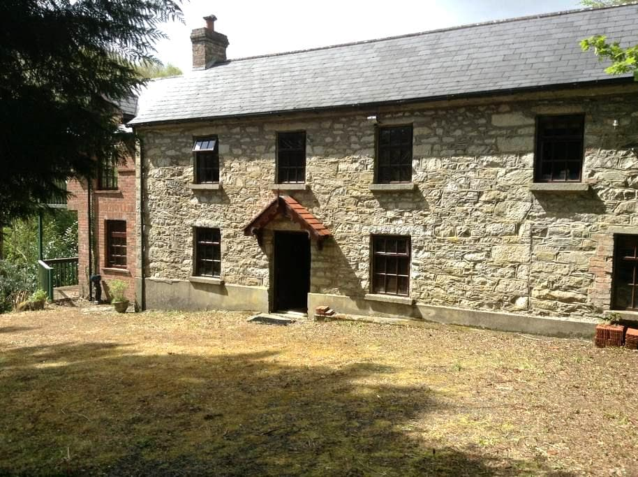 Charming Country Home on River Bank - Ballinaclash  - Hus