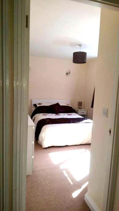 Conveniently located double bedroom - Royston - Ev