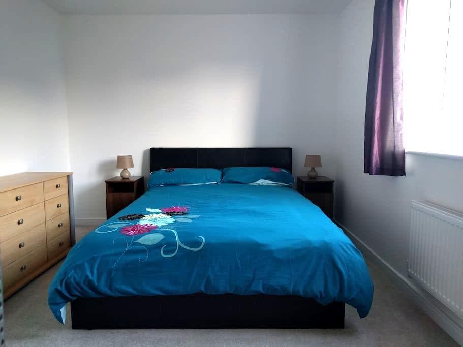 Large, Bright & Comfortable Room. Cheaper Monthly. - Littlehampton - Szeregowiec