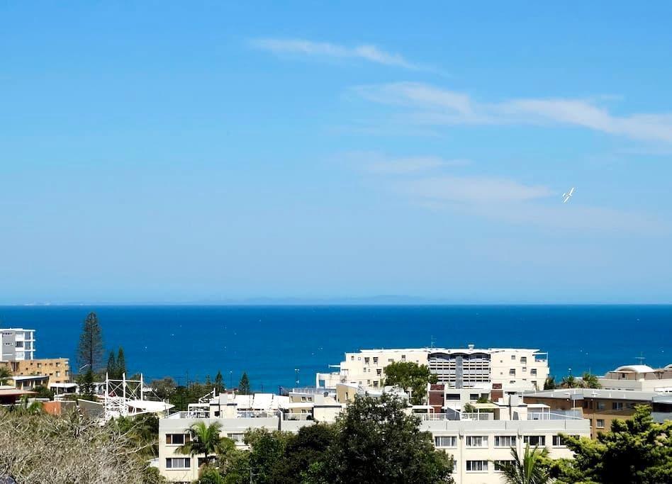 Sea Views Modern Near Beach: Kings Beach Caloundra - Kings Beach - Apartament