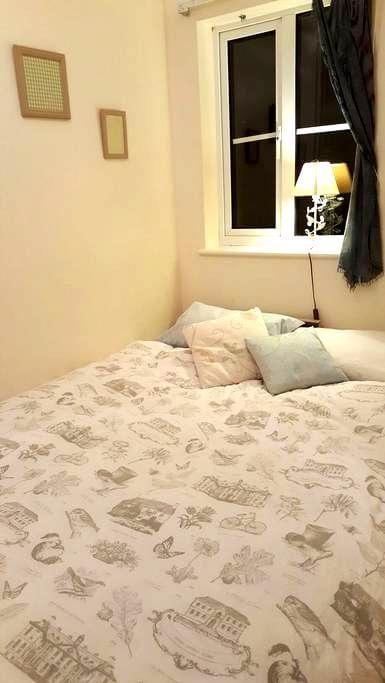 Cosy room near Elstree station - Borehamwood