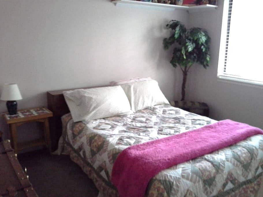 Cozy Quiet Room - Pocatello - Hus