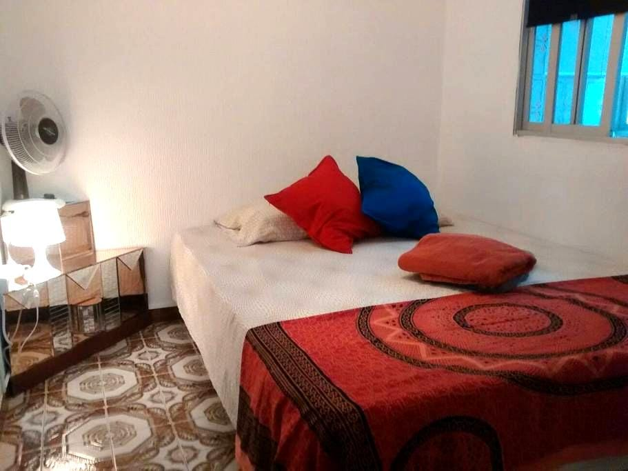Cosy room, BCN metro L1 centro, near Camp Nou - L'Hospitalet de Llobregat - Huoneisto