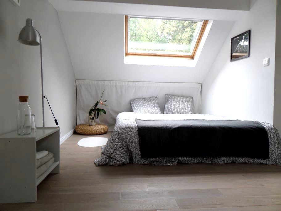 petite chambre lumineuse au grenier - Kraainem - House