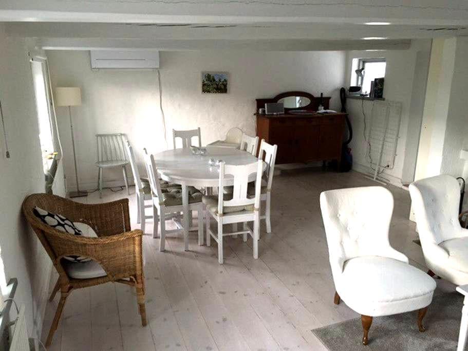 Mysigt o fint hus mitt på Österlen - Simrishamn V - บ้าน