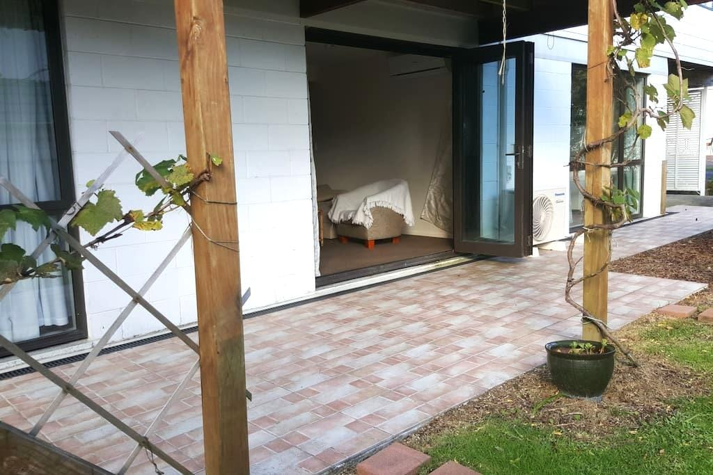Bright and airy self contained apartment - Papakura - Byt