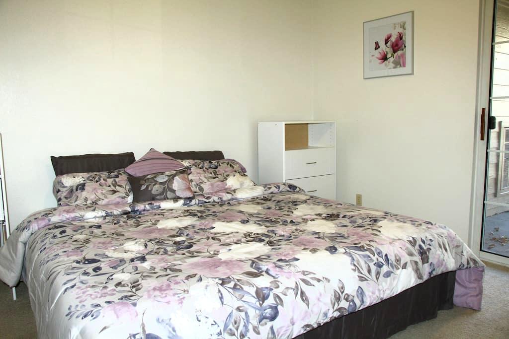 Private Bath/Fridge/Microwave Laptop friendly - Englewood - Apartemen