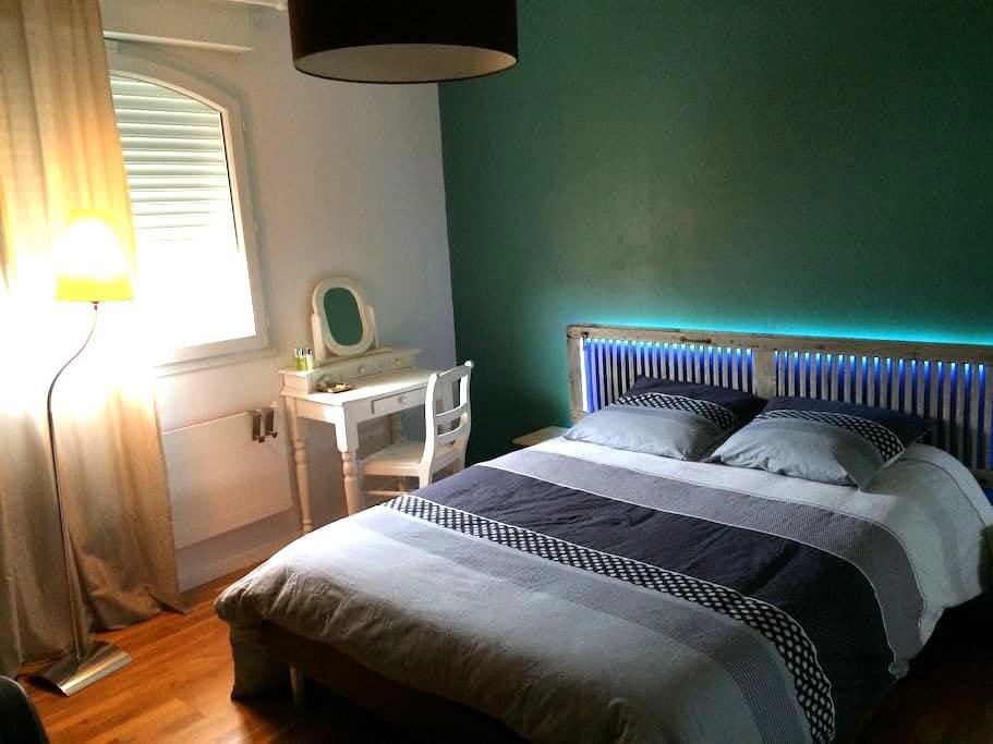 Chambre avec petit déj., SdB WC privatifs, garage - Saint-André-les-Vergers - บ้าน